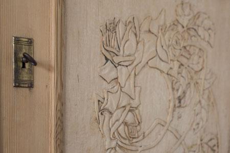 Der kunstvoll geschnitzte Hochzeitsschrank.
