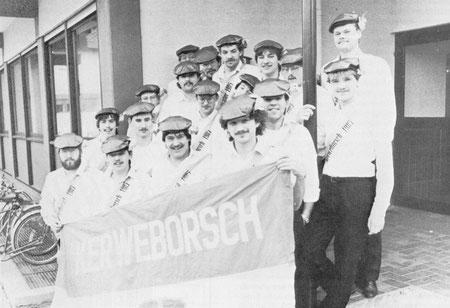 Die Kerweborsch 1986 mit unserer Fahne