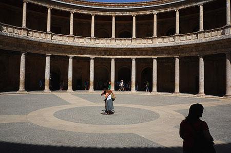 Photographie, Andalousie, Grenade, Alhambra, cité palatiale,  art, architecture, palais Charles Quint, cour intérieure, colonnades, galeries, personnages, enfants, Mathieu Guillochon