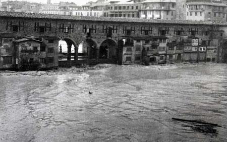 Lors de la crue historique de 1966, l'Arno est monté jusque sur le tablier du ponte Vecchio qui résista quand un pont voisin fut emporté par le flot.