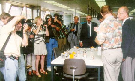 """Blitzlichtgewitter der Fotografen bei der Pressekonferenz """"Verbundprojekt Betriebliche Innovationsentwicklung"""" in der Montage Firma Schleicher. Quelle: Helga Karl"""