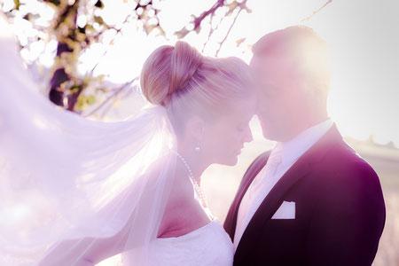 Hochzeitsfotograf Aschaffenburg, Hochzeitspaar im Sonnenuntergang, Schleier, Braut, Breutigam
