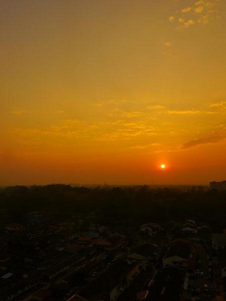 早起きしてよかった。マラッカ海峡の彼方からキレイな朝日が昇ってきた。