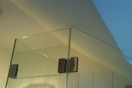 Dusche an Dachschräge angepasst
