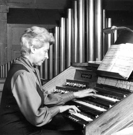 Marie-Louise Girod à son instrument du Temple de l'Oratoire du Louvre à Paris