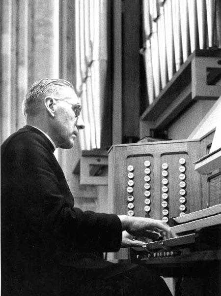Le chanoine Henri Doyen aux claviers de son orgue de la Cathédrale de Soissons.