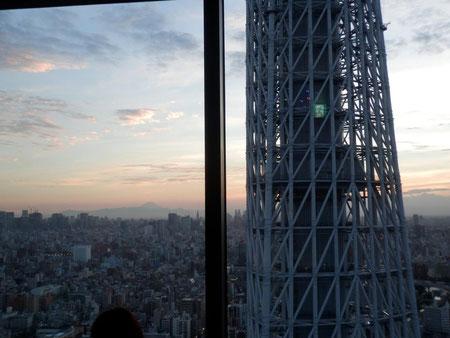 ソアマチ31階から望むスカイツリーと富士山遠望
