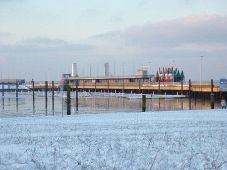 Blick vom Modellschiffbecken auf den im Winter verwaisten Seglerhafen