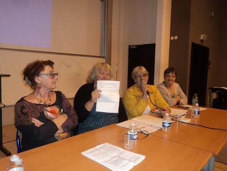Chantal L'Hoir remercie pour ce chèque de 2000 € grâce aux  dons recueillis par l'UPGCS & du VNLO auprès des malades