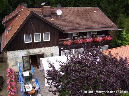 Webcam 1 Blick auf die Südseite des Hauses mit Terrasse um 18:30 Uhr Mittwoch der 12.08.09