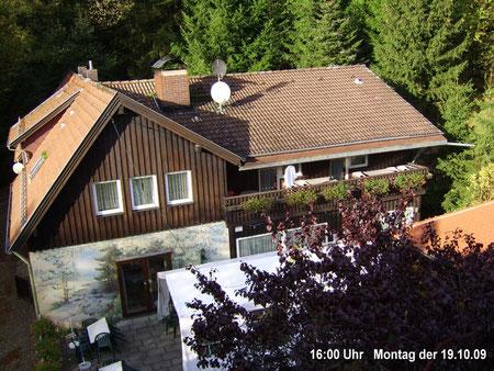Webcam 1 Blick auf die Südseite des Hauses mit Terrasse um 16:00 Uhr Montag der 19.10.09
