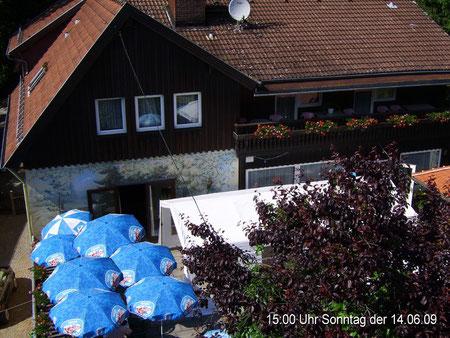 Webcam 1 Blick auf die Südseite des Hauses mit Terrasse um 15:00 Uhr Sonntag der 14.06.09