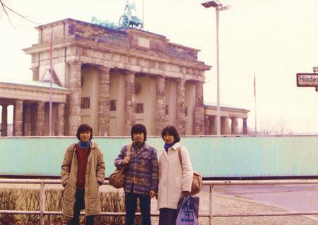 ブランデンブルグ門にて、私はどこでしょう?皆が笑う!左側ですよ!