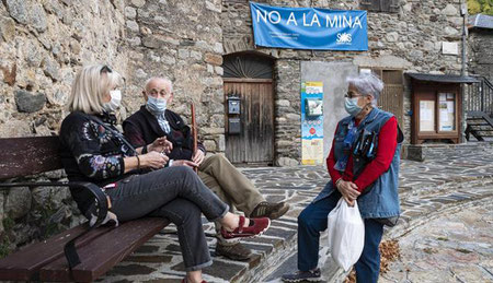 Veïns d'Alós d'Isil davant d'una pancarta contra la mina. JAVIER MARTIN