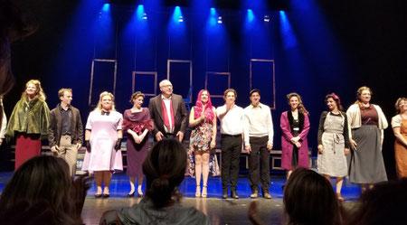 Au centre de la photo : Jean-Bernard Hébert, producteur et Mélissa Cardonna, auteure, saluent lors de la première d'«Amsterdam» au TNM © Marc-Yvan Coulombe
