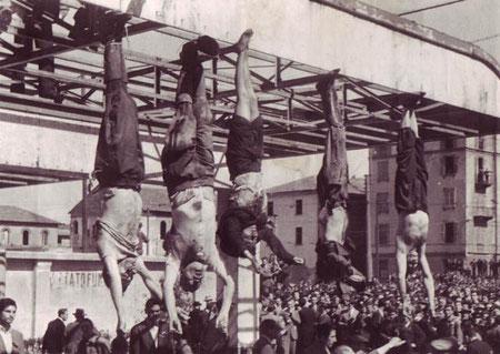 Mussolini (secondo da sinistra)