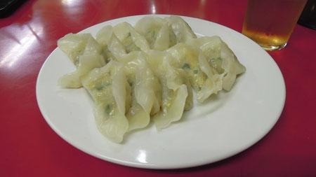 いわゆる焼き餃子ですが、野菜が多く、焼くときにも油を使用しないので、サッパリしていていくらでも食べられます。p-300