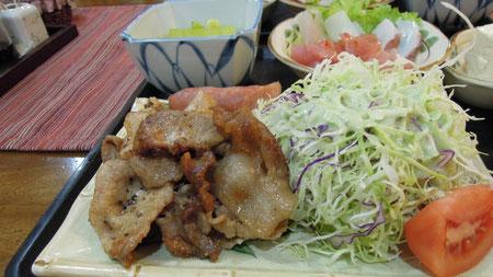 手前に見えるのが、アグー豚の焼肉で、向こうにカルパッチョが見えます。豆腐やモズクなど数品が付いていますので、お腹いっぱいになりますよ。