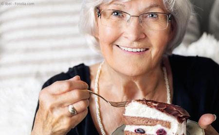 Mit fest sitzenden Zähnen auf Implantaten können Sie nicht nur wieder alles essen, was Sie mögen. Es schmeckt auch wieder besser!