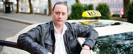 """Marco Bark ist Vorsitzender der neugegründeten """"Interessengemeinschaft Bremer TaxifahrerInnen"""", die 132 Mitglieder hat. Foto: Christina Kuhaupt"""