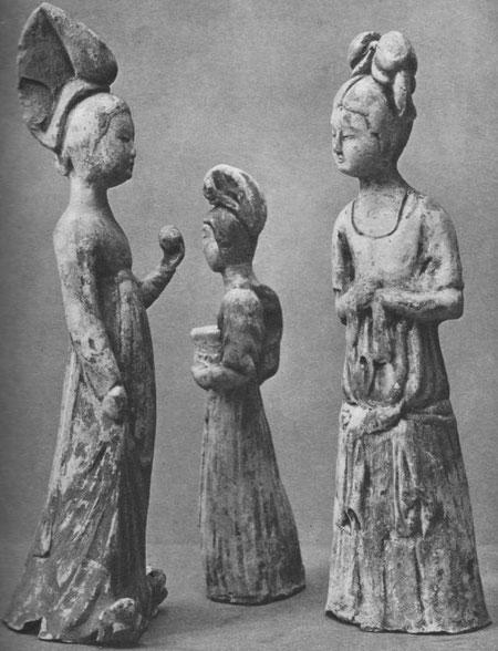 XX. Groupe de femmes, terre cuite blanche, avec traces de peinture rouge.  Époque T'ang (VIIe-Xe siècles) (Musée Cernuschi, Paris).