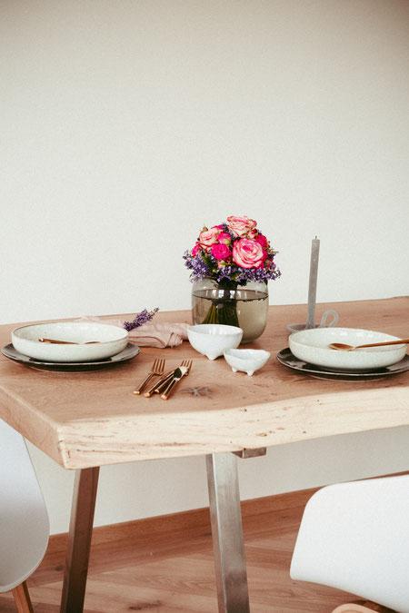 Tisch Eiche aus Dielenmaterial mit Baumkante außen/kombiniert mit modernen Designstühlen von Hay