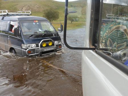 En jeep traversé de rivière en crue