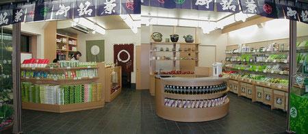 店の中心に実演販売カウンターのあるお茶屋