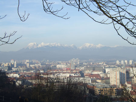 Blick vom Burghügel über die Stadt und auf die Julischen Alpen.