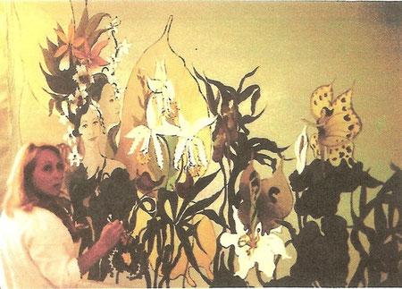 Michèle Carg vor dem flächenmässig grössten Gemälde ihrer Karriere: Acht Quadratmeter Blumen, Märchenfeen und Harlekine für die Wandbemalung eines Pflegeheims