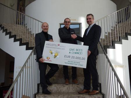 Hoteldirektor des ARCOTEL Camino Stuttgart Peter Leidig (Mitte) übergab den Scheck an die Bienenretter Christian Bourgeois und Rüdiger Hein