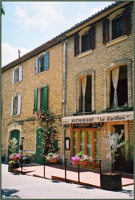 """Rue principale, maisons et restaurant """"Le Carillon"""" - Goult, Lubéron - Vaucluse (84)"""