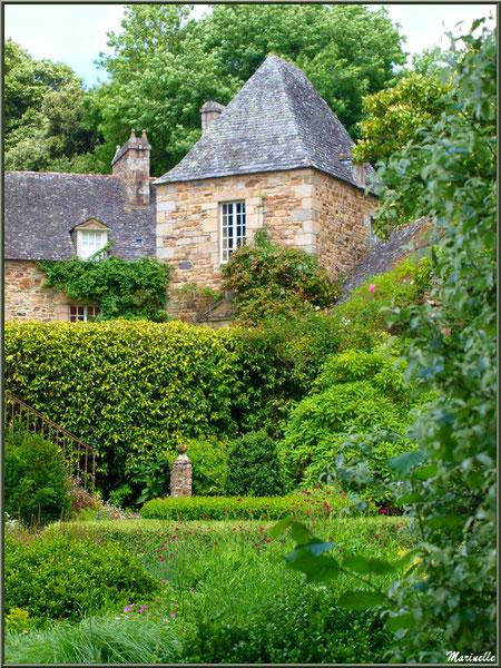 Une partie des Quatre Carrés et le Manoir - Les Jardins du Kerdalo à Trédarzec, Côtes d'Armor