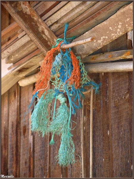 Cordages pendus à l'avant toit d'une maison, Village de L'Herbe, Bassin d'Arcachon (33)