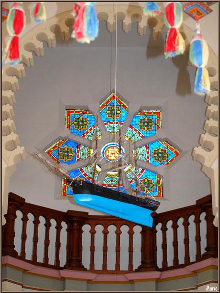 Chapelle Algérienne, balcon, rosace au-dessus de l'autel et bateau ex-voto pendu,  Village de L'Herbe, Bassin d'Arcachon (33)