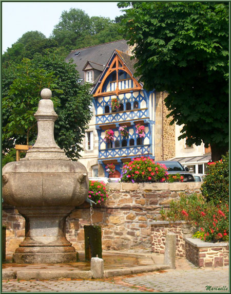 """Derrière la fontaine, la """"Tour Eiffel"""", Place Le Trocquer à Pontrieux, Côte d'Armor (22)"""