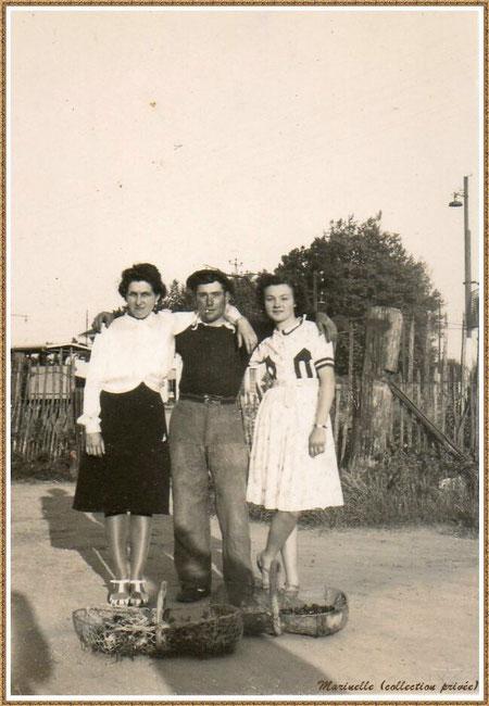 Gujan-Mestras autrefois : En 1948, desmoiselles posant avec un pêcheur de bigorneaux et de palourdes, Bassin d'Arcachon (photo de famille, collection privée)
