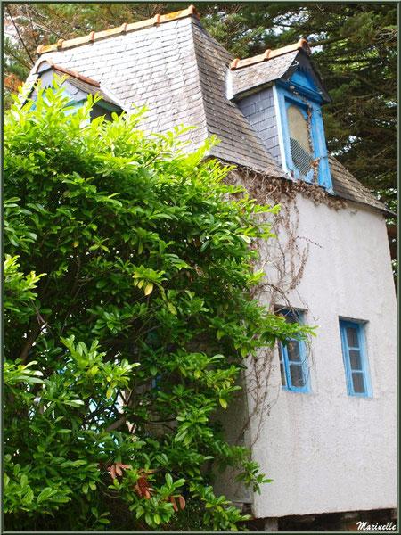 Habitation au-dessus d'un lavoir en bordure du Trieux, Pontrieux, Côte d'Armor (22)