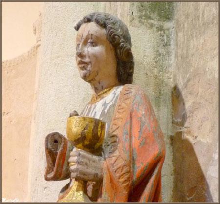 Statue de Saint Jean l'Evangéliste en bois plychrome avec le diablotin sortant du calice, église Saint Pierre de Mons à Belin-Beliet (33)