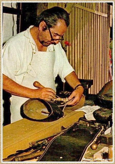 Gujan-Mestras autrefois : Atelier du fabricant de sonnailles au Village Médiéval d'Artisanat d'Art de La Hume, Bassin d'Arcachon (carte postale, collection privée)