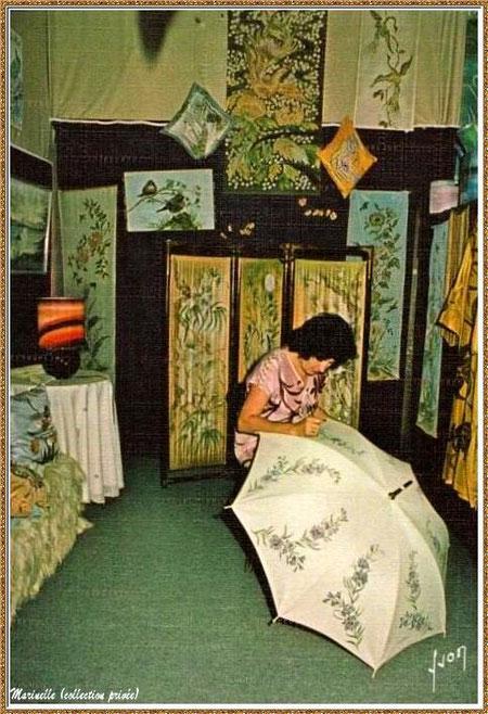 Gujan-Mestras autrefois : Atelier peinture et travail de la soie au Village Médiéval d'Artisanat d'Art de La Hume, Bassin d'Arcachon (carte postale, collection privée)