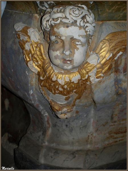 Ange (côté gauche) en dessous du socle de l'autel de l'église Saint Pierre de Mons à Belin-Beliet (Gironde)