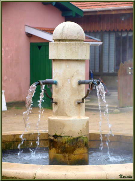 Fontaine sur la place du village, Village de L'Herbe, Bassin d'Arcachon (33)