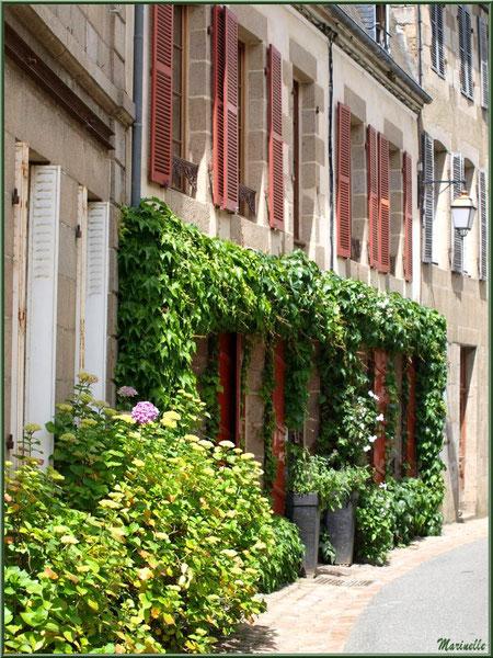 Une rue et ses vieilles bâtisses en centre ville de Pontrieux, Côte d'Armor (22)