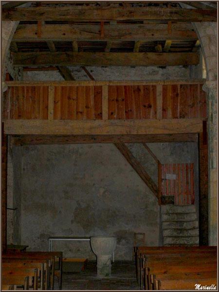 Chapiteaux, arceau en ogive, charpente apparente, balcon avec son escalier et fonds baptismaux à l'église Saint Pierre de Mons à Belin-Beliet (Gironde)