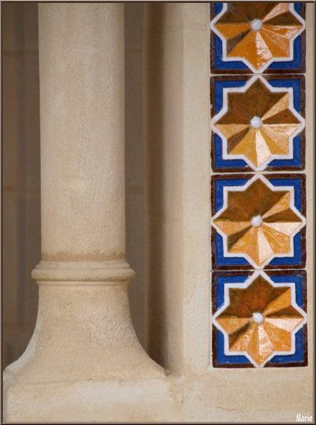 Chapelle Algérienne, façade détail du bas d'un des piliers de l'entrée et ses décorations, Village de L'Herbe, Bassin d'Arcachon