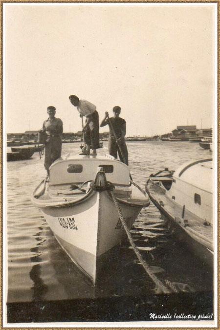 Gujan-Mestras autrefois : Revenue des parcs, nettoyage au lave pont de la pinasse, dans la darse principale du Port de Larros, Bassin d'Arcachon (photo de famille, collection privée)