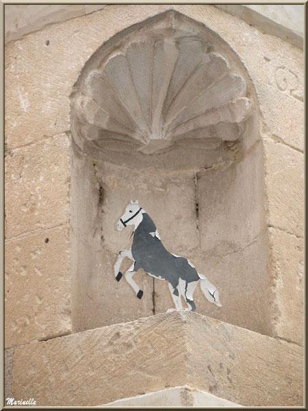 Décoration dans un angle de mur, au gré d'une ruelle à Goult, Lubéron - Vaucluse (84)