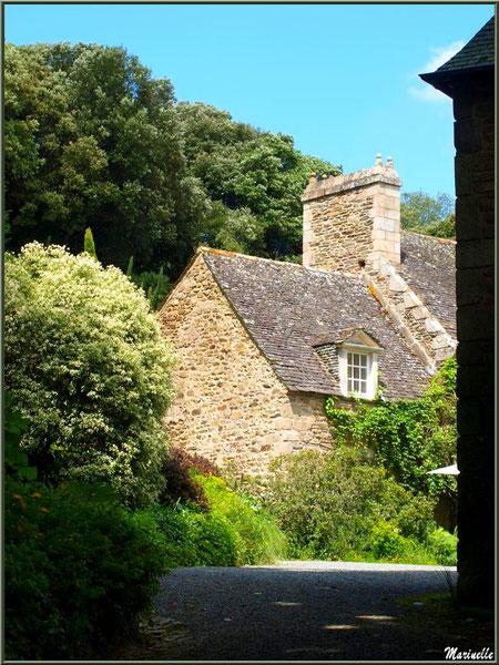 Le Manoir vu du chemin vers l'entrée - Les Jardins du Kerdalo à Trédarzec, Côtes d'Armor (22)