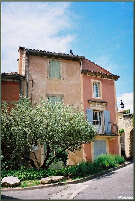 Jardinet et maisons face à l'ancien Bureau de Poste - Goult, Lubéron - Vaucluse (84)